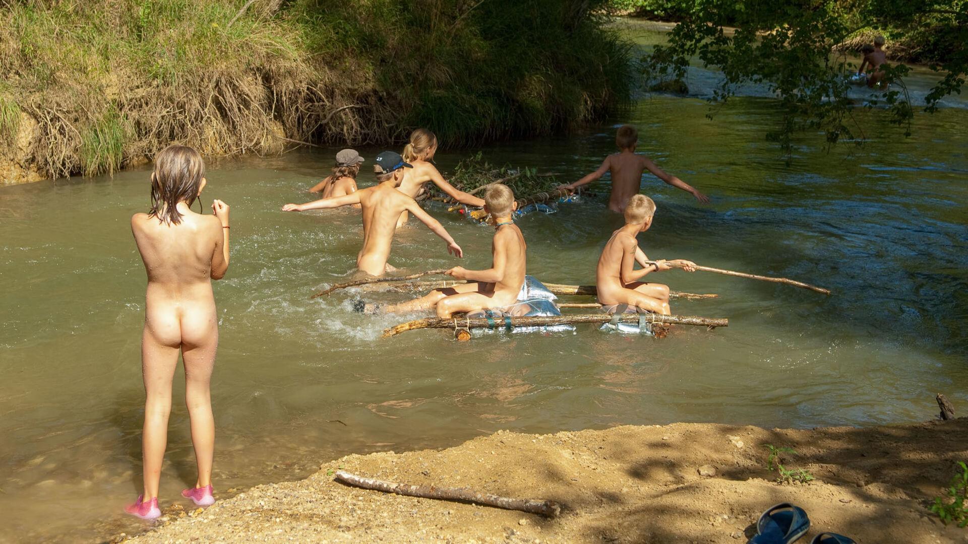 camping naturista con río