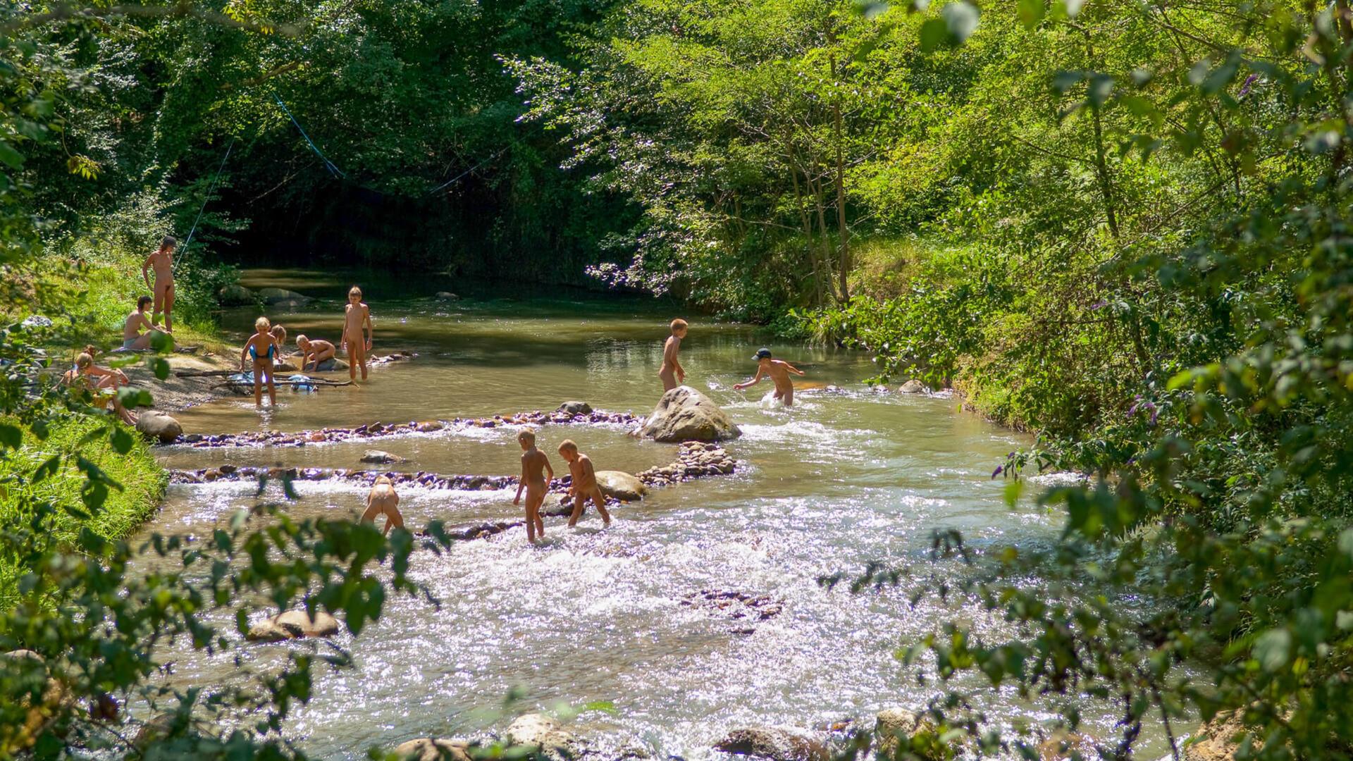 naturistisch domein met rivier